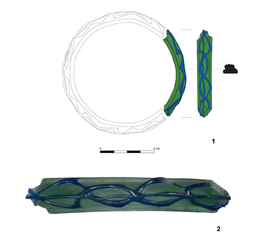 Szklana bransoleta znaleziona w Pietrowicach Wielkich na Górnym Śląsku (rys. J. Bernacki, J. Soida; fot. J. Soida).